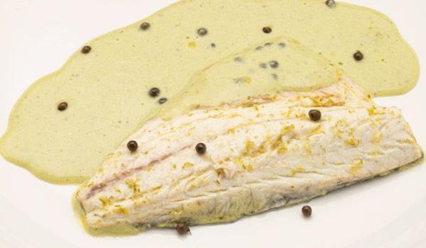 karl66710320-lubina-a-la-pimienta-verde-receta-karlos-arguinano-presentacion-XxXx80